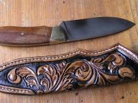 Nůž z oceli RWL34 a ručně zobené pouzdro z hovězí kůže 001